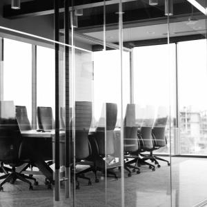 PV de reunion externalisé : salle de réunion derrière cloison vitrée